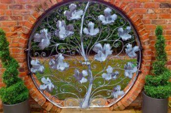 Cancello artistico in ferro battuto con foglie di edera