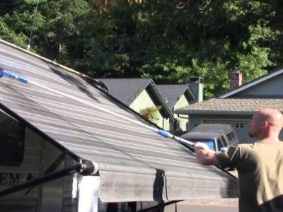 Come pulire le tende da sole: 3 metodi che funzionano
